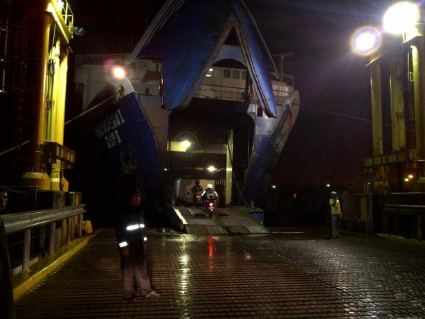 Siap-siap memasuki 'perut' kapal Ferry