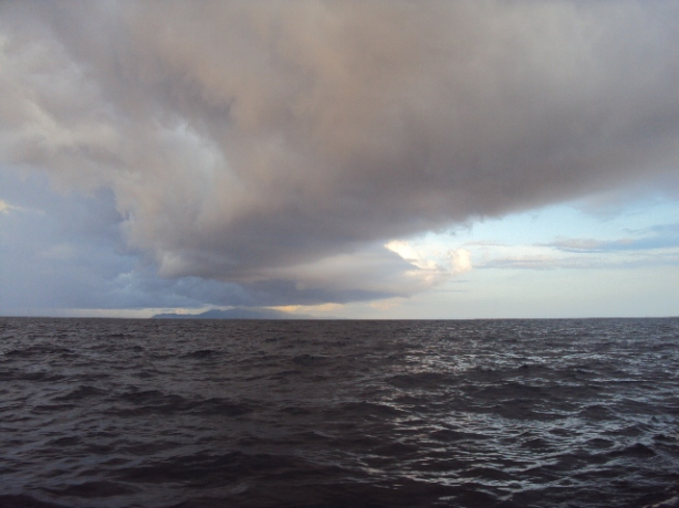 Awan mendung di tengah laut
